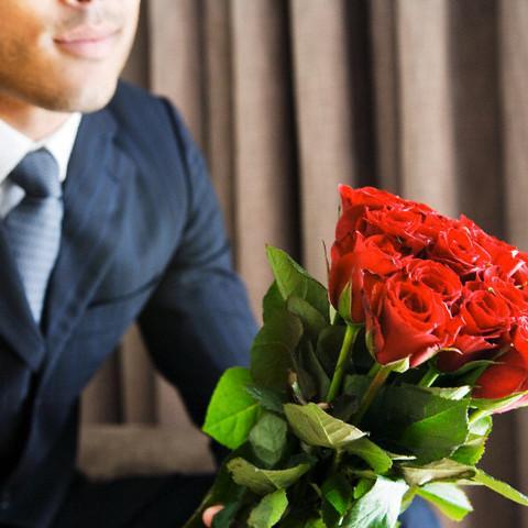 Цветов, поздравления девушка с букетом цветов и парень